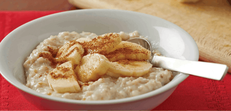 Creamy oats with cinnamon and banana